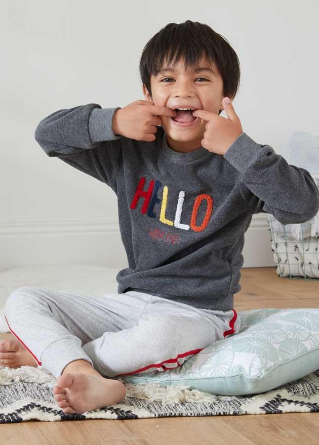 Le pyjama typé sweat au message en bouclettes